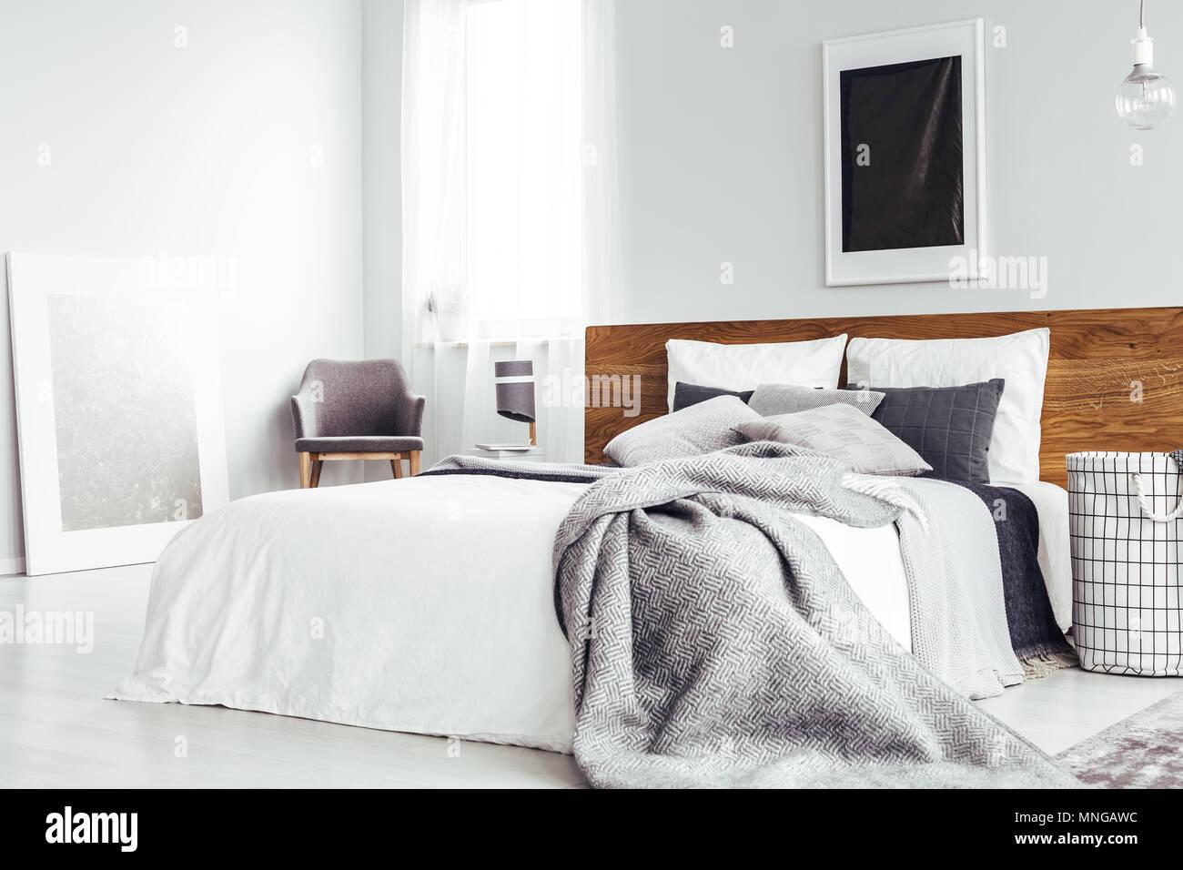 Grigio un lenzuolo sul letto matrimoniale con testata in ...