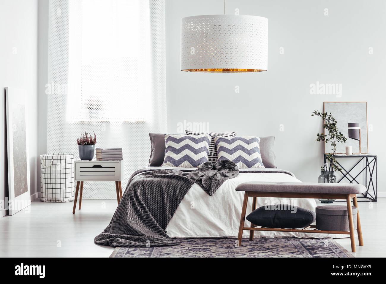 Cuscini modellato e la coperta sul letto in camera da letto