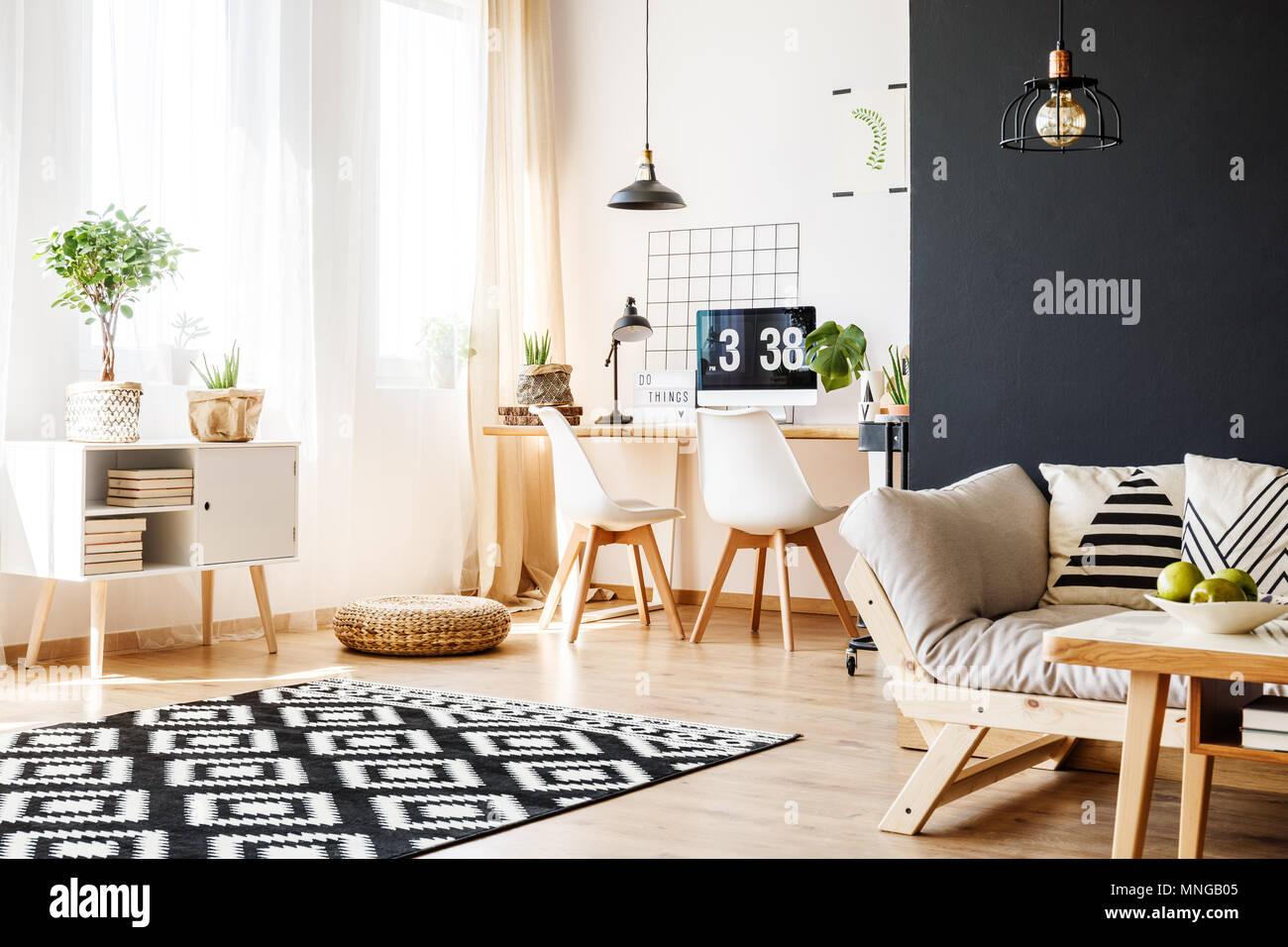 Camere Con Divano Letto : Spaziosa e luminosa camera con moquette a motivi geometrici muro