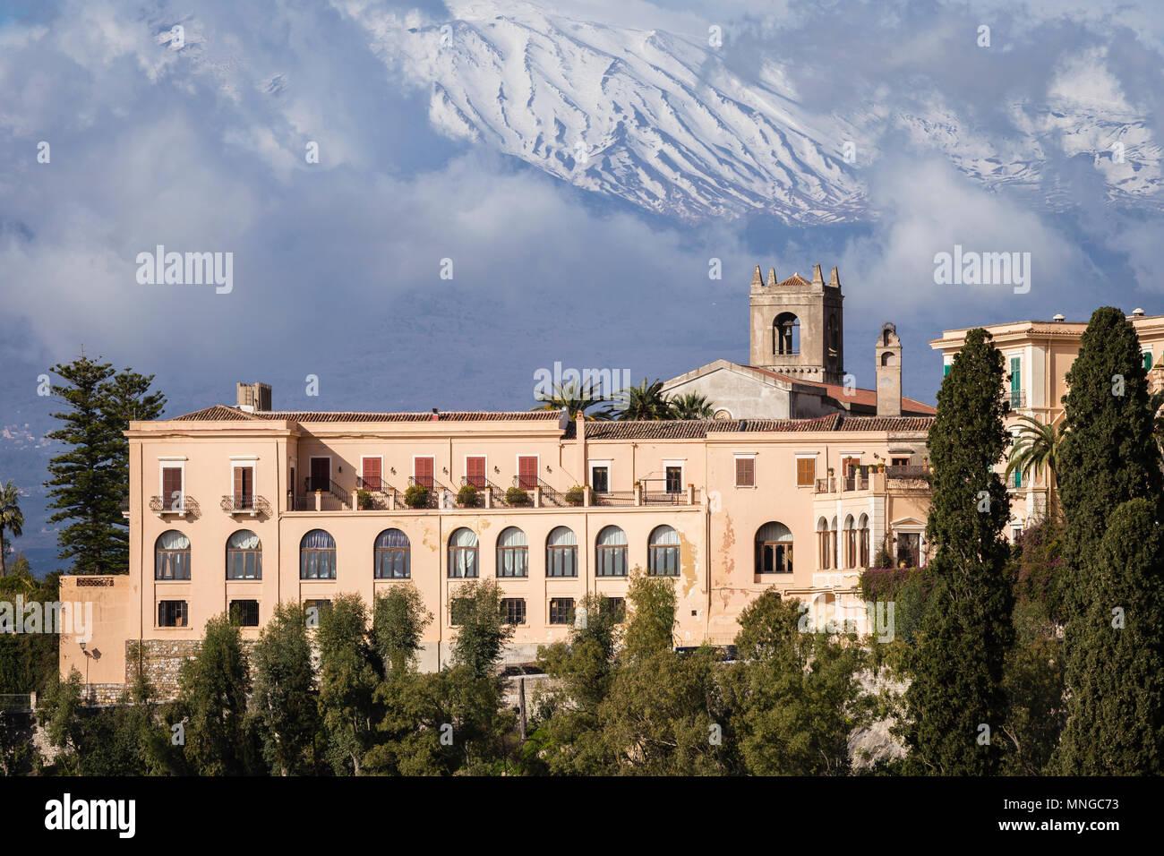 San Domenico Palace Hotel di Taormina con le pendici del vulcano Etna in Sicilia. Immagini Stock