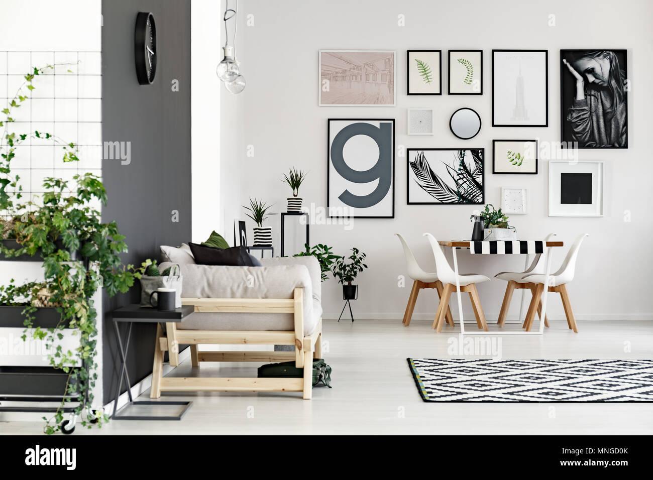 Piccola Sala Da Pranzo : Elegante soggiorno con divano collegato con una piccola sala da
