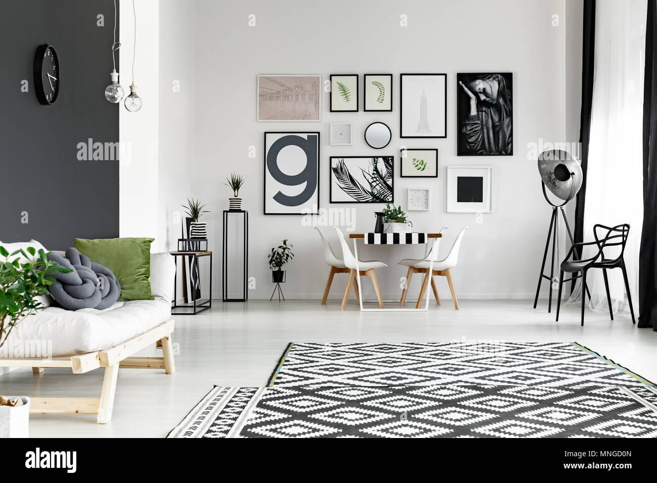 Pareti Con Foto In Bianco E Nero : In bianco e nero alle pareti in uno spazioso soggiorno con tavolo