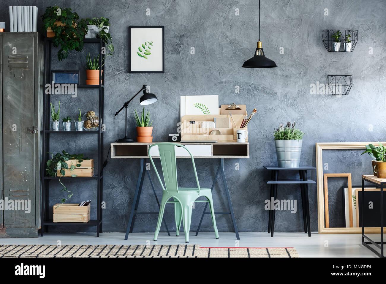 Ufficio loft con industriali arredamento vintage di spazio sulla ...