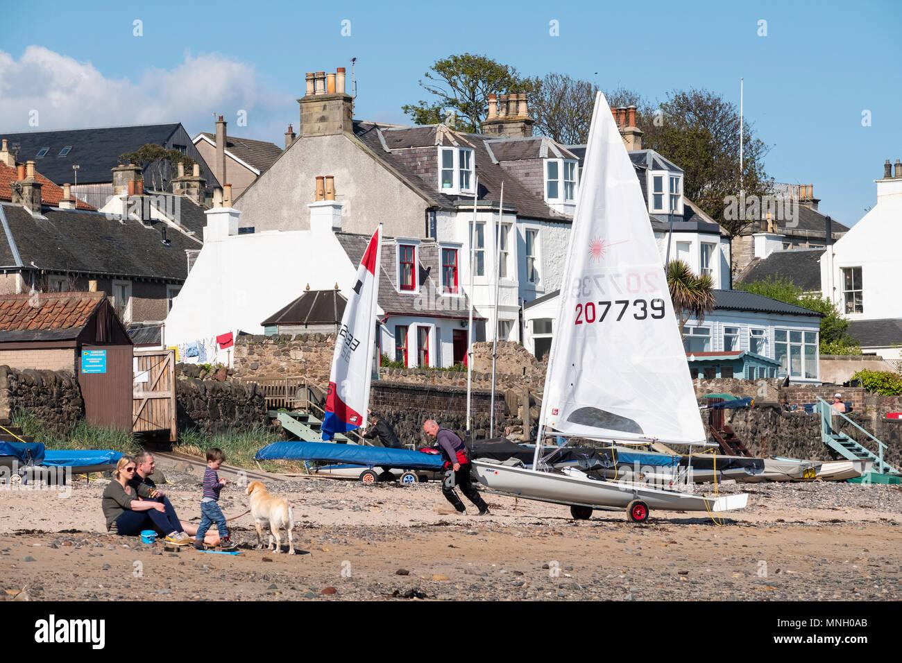 Barche a vela sulla spiaggia a Lower Largo villaggio in Fife, Scozia, Regno Unito Immagini Stock