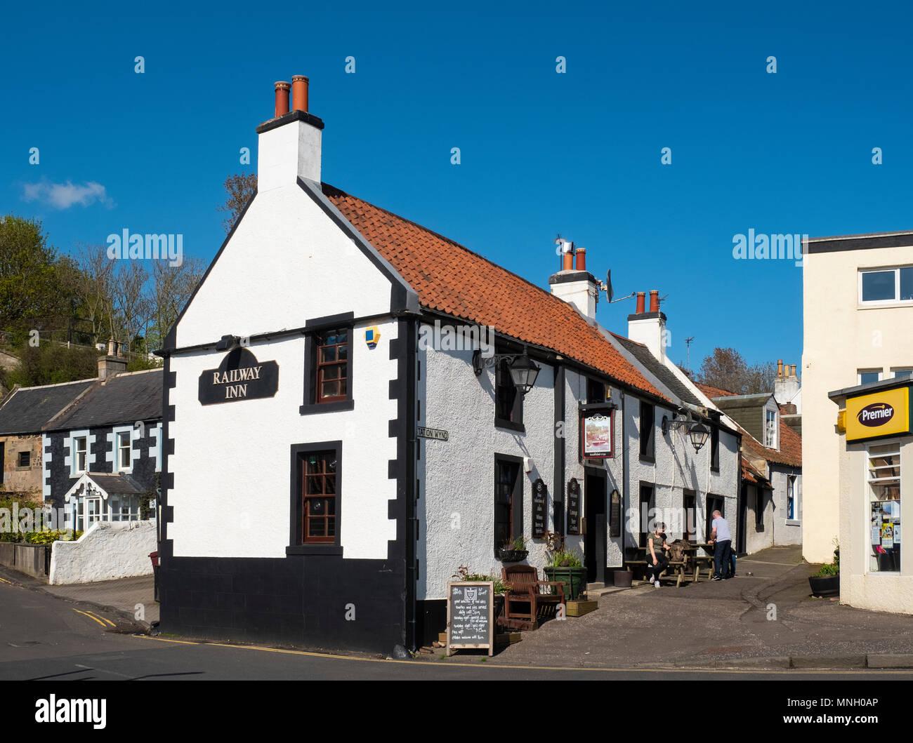 La ferrovia Inn pub in Lower Largo villaggio in Fife, Scozia, Regno Unito Immagini Stock