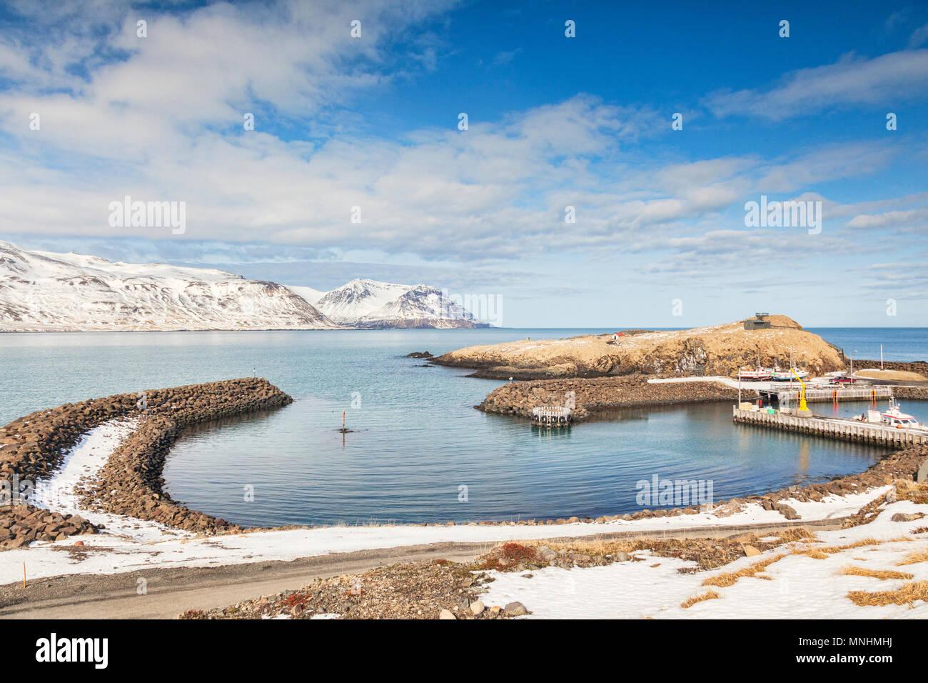 Il piccolo porto di Bakkagerdi in Oriente Islanda su una soleggiata giornata di primavera. Immagini Stock