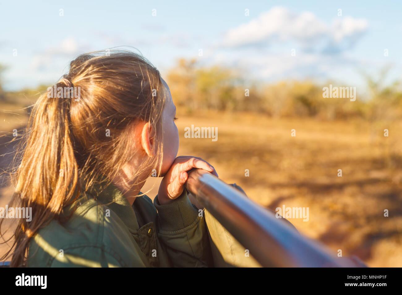 Adorabile bambina in Sud Africa Safari in mattinata game drive in veicolo aperto Immagini Stock