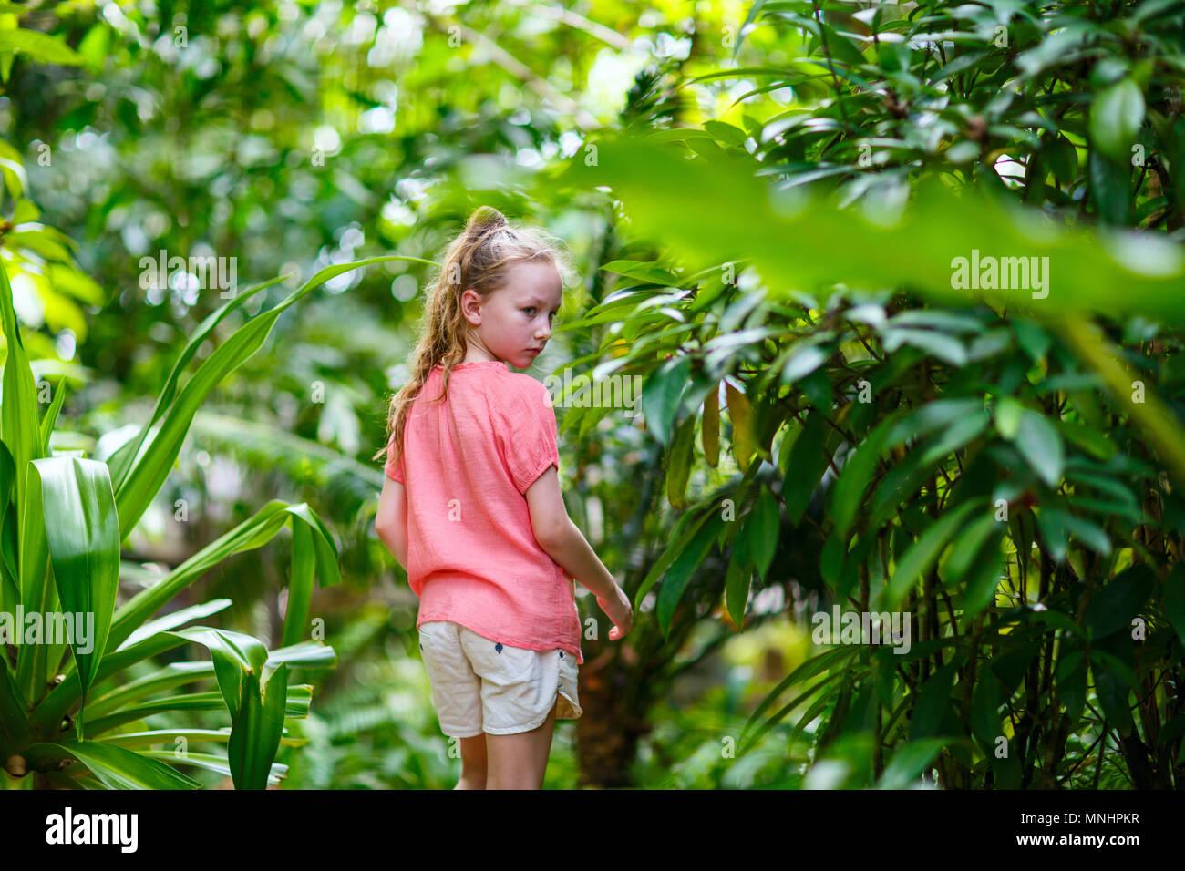 Casual ritratto di bambina all'aperto sul giorno di estate Immagini Stock