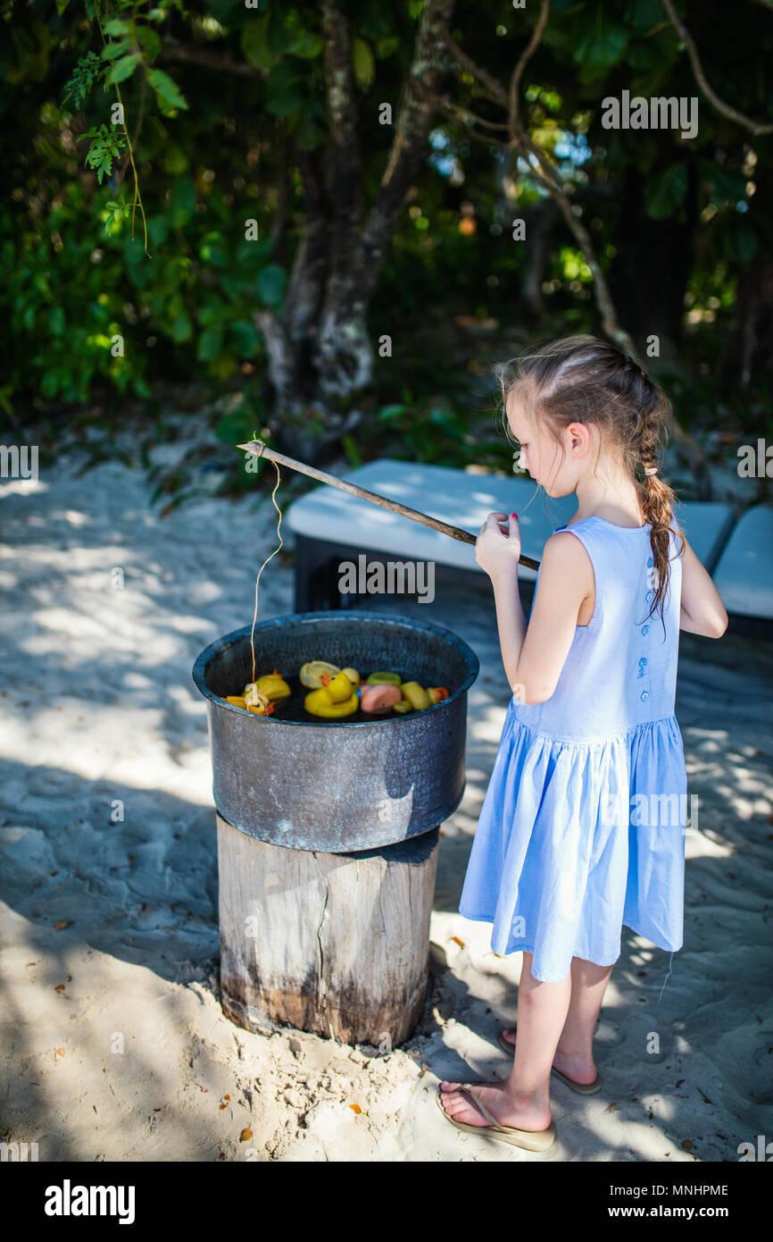 Casual ritratto di bambina a giocare all'aperto sul giorno di estate Immagini Stock
