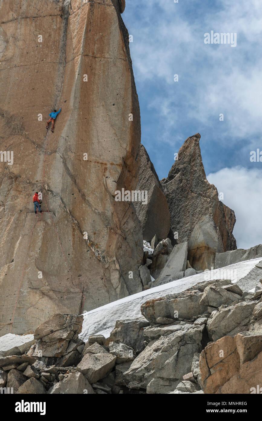 Due alpinisti impegnativo Aiguille du Midi nelle Alpi francesi, Alta Savoia, Francia Immagini Stock