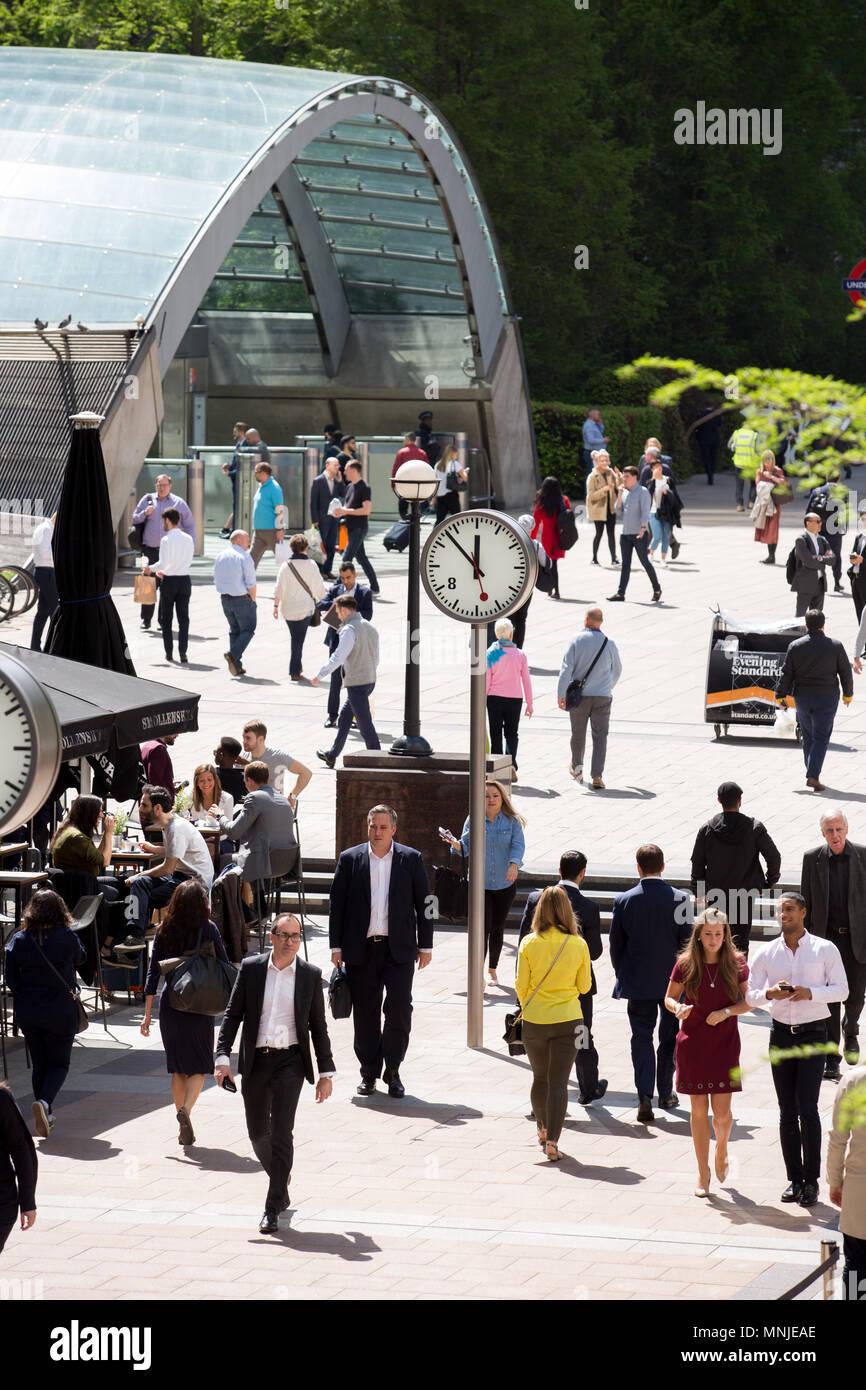 Il glass arch ingresso alla stazione metropolitana di Canary Wharf, con professionisti in primo piano la rubrica da e verso il luogo di lavoro o sulla loro pause pranzo. Immagini Stock