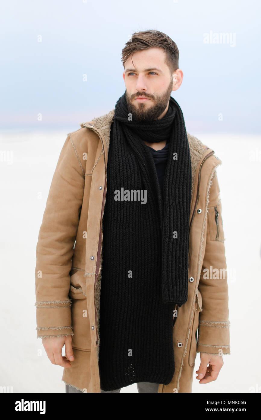 promozione prezzo favorevole trova il prezzo più basso Uomo che indossa cappotto e sciarpa in piedi nel bianco ...