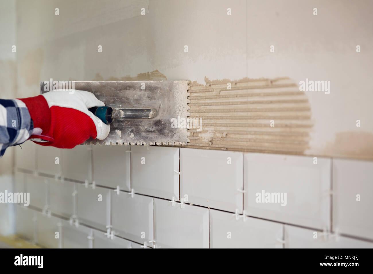 Processo di rivestimenti in piastrelle piastrelle in cucina home