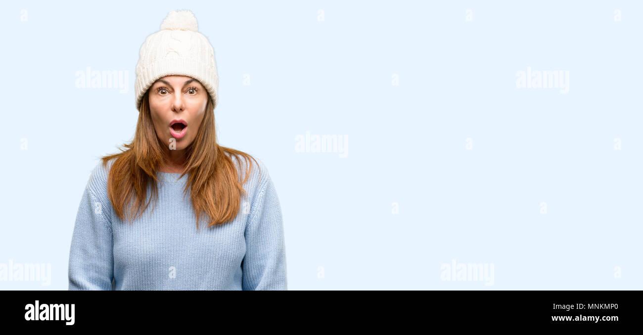 Medioevo donna che indossa la lana Cappello invernale paura in stato di  shock 74ee5bf0b341