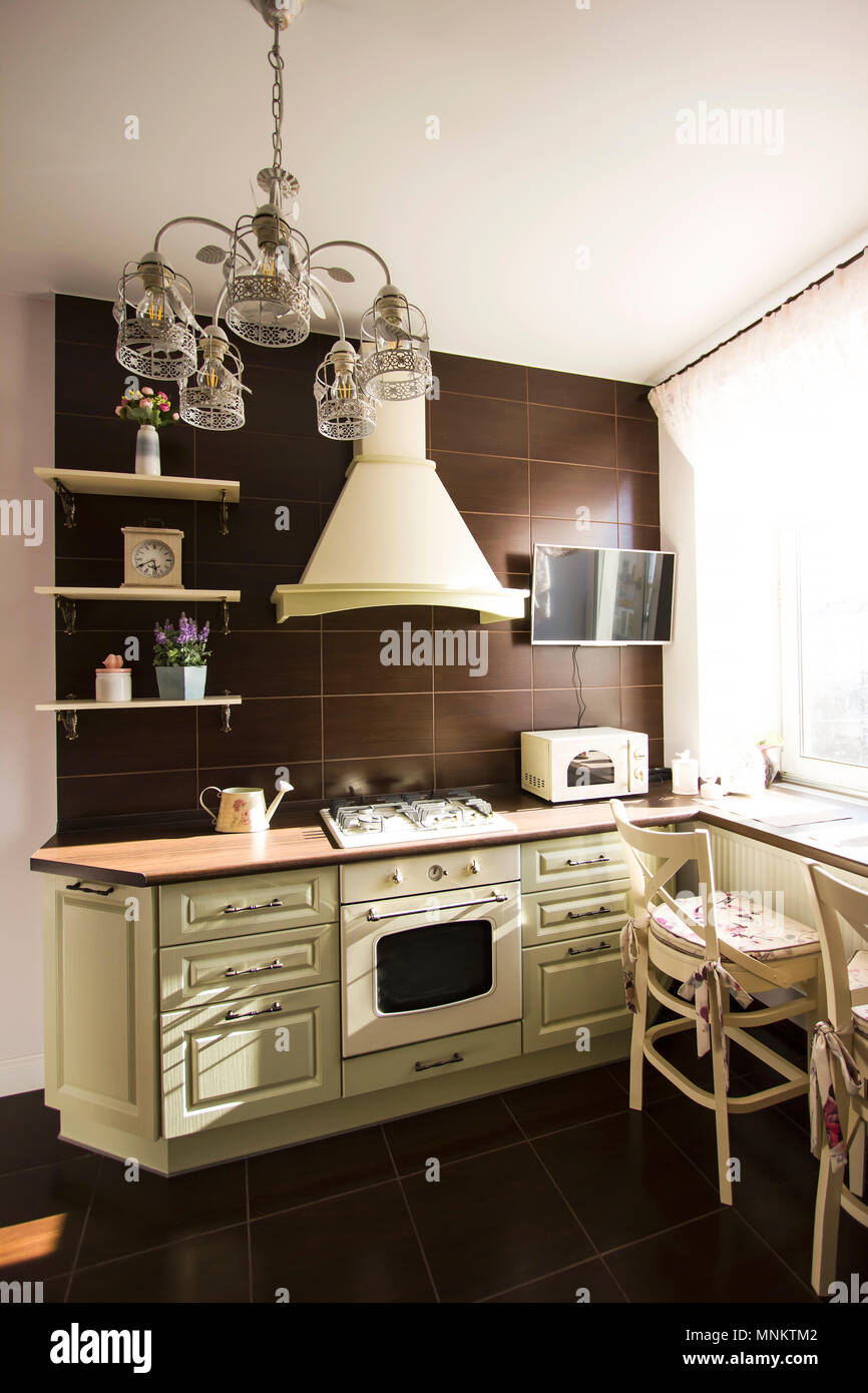 Cucina interno in colori luminosi stufa frigorifero sedie ...