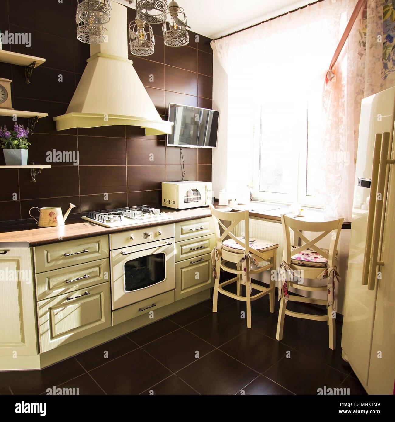 Cucina interno in colori luminosi stufa frigorifero sedie stile ...