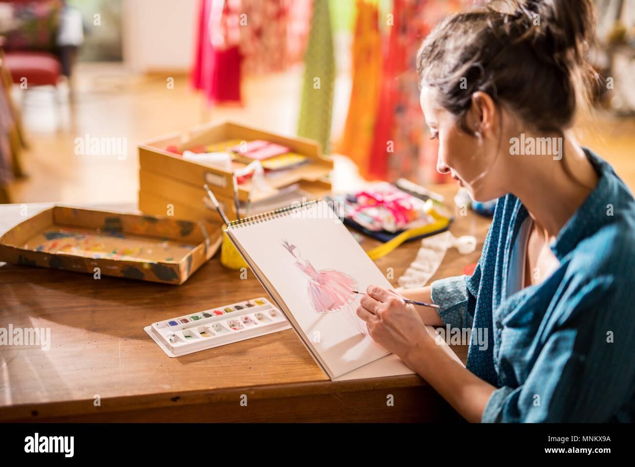 Fashion designer che lavora su un nuovo modello nel suo studio Immagini Stock