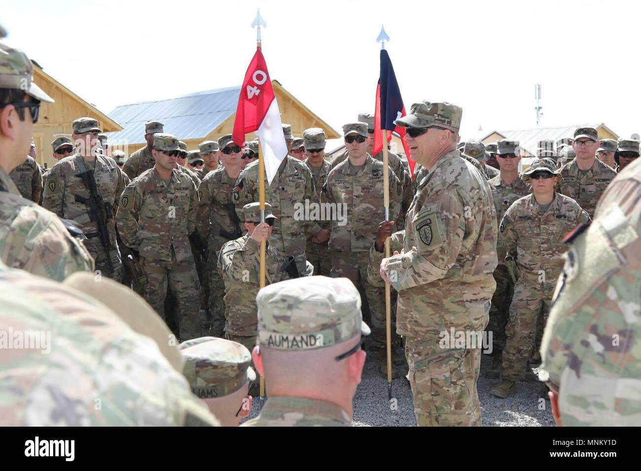 1 Forza di Sicurezza Assistenza Comando Vigili del sergente maggiore, Cmd. Sgt. Il Mag. Christopher Gunn, soldati gli indirizzi assegnati alla Task Force sud-est dopo il 1° SFAB uncasing della cerimonia su Advisor Platform fulmini, Marzo 15. Gunn ha ringraziato i soldati si sono riuniti per accogliere il 1° SFAB alla TF a sud-est del team di consulenza. Il 1° SFAB e i suoi sei battaglioni oggetto non avvolto i loro colori in Afghanistan, simbolicamente all inizio della loro missione in treno, consigliare e assistere la nazionale afghano di difesa delle forze di sicurezza. Immagini Stock