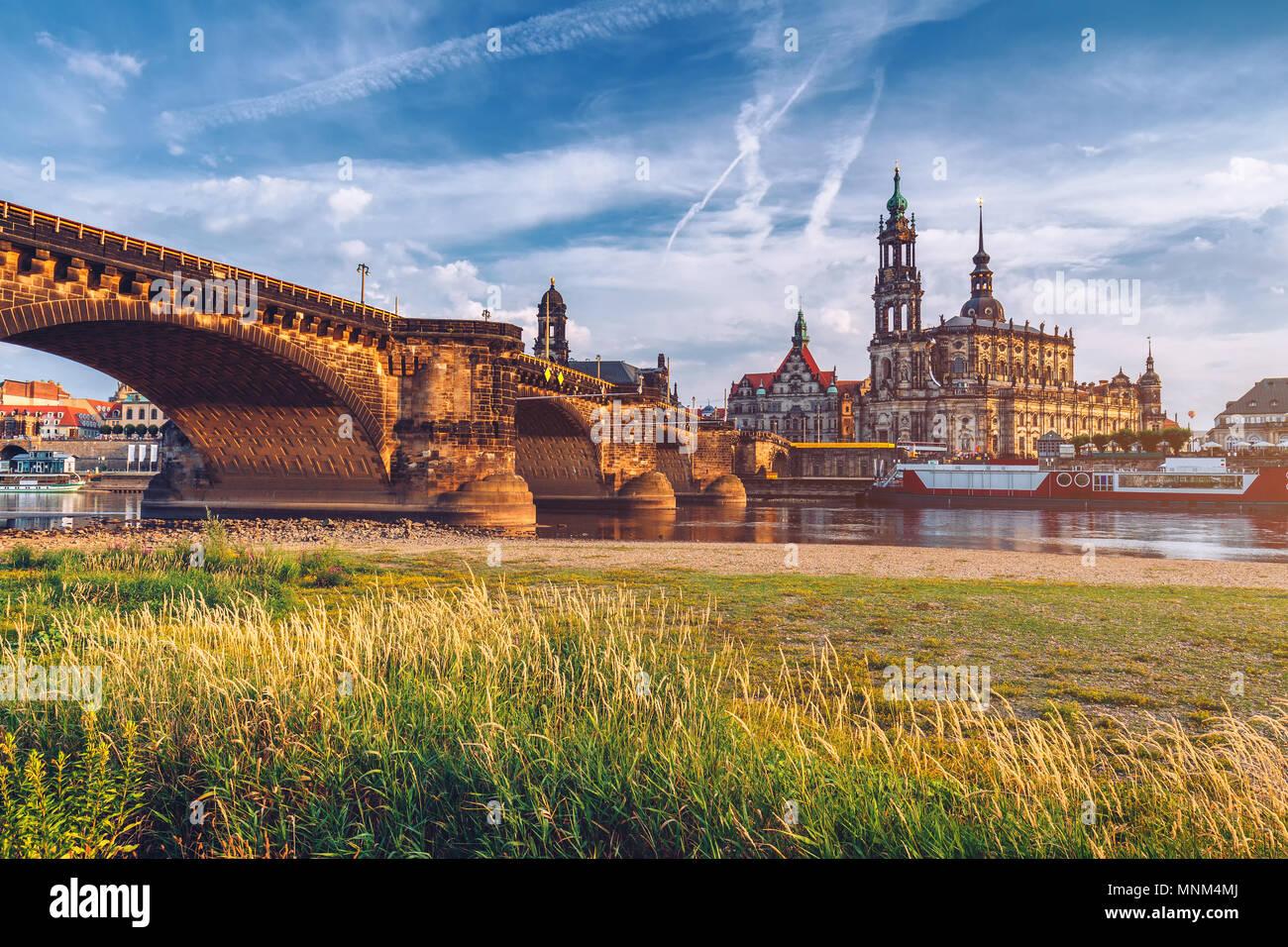 Ponte di Augusto (Augustusbrucke) e Cattedrale della Santissima Trinità (Hofkirche) oltre il Fiume Elba a Dresda, in Germania, in Sassonia. Immagini Stock