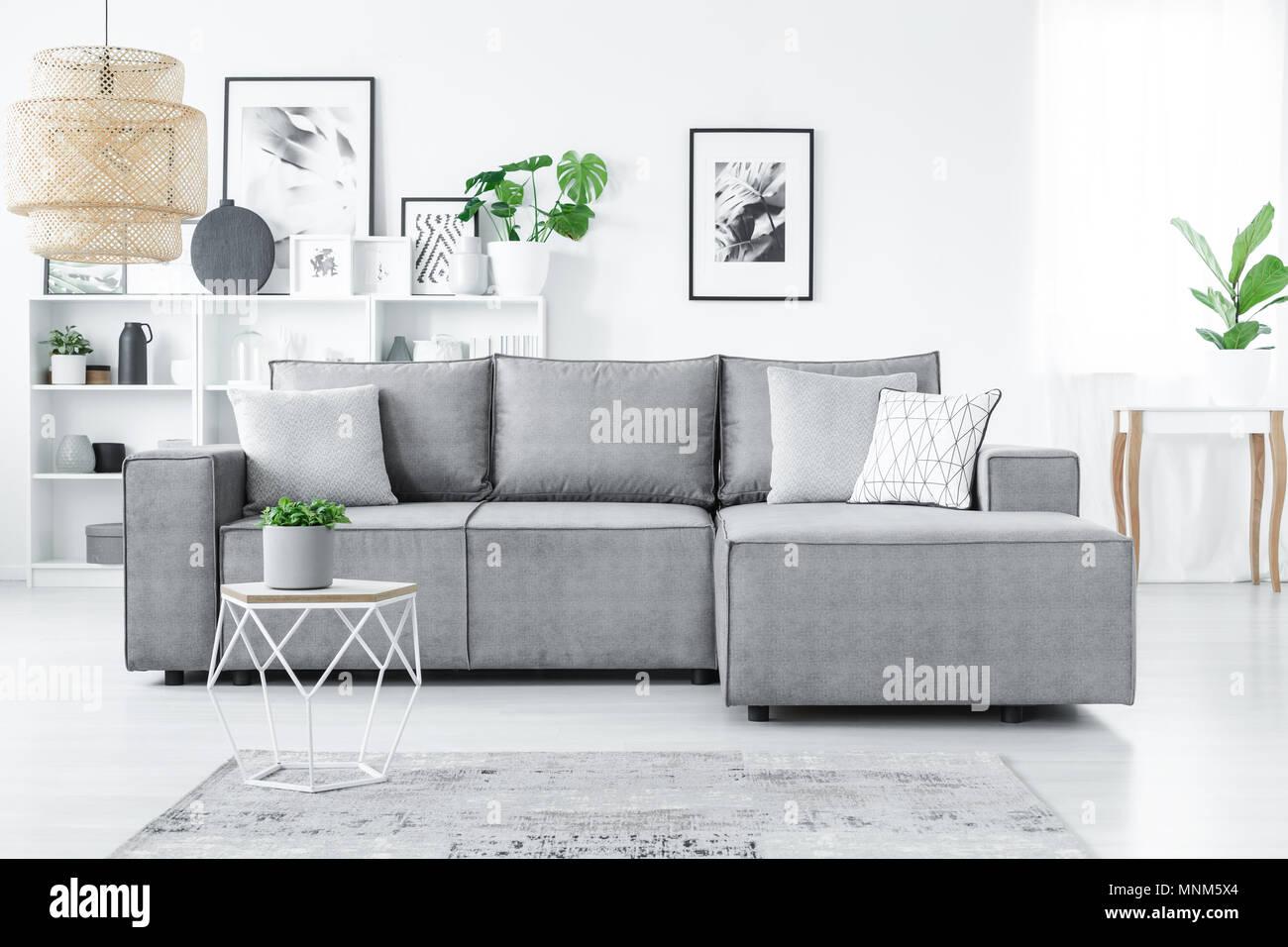 Divano Ad Angolo Grande : Grande divano ad angolo con cuscini scaffali bianchi e piante in