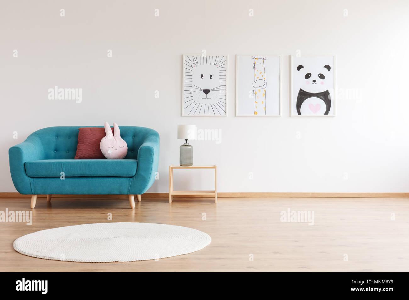Lampada su legno e sgabello tondo tappeto bianco nella stanza dei