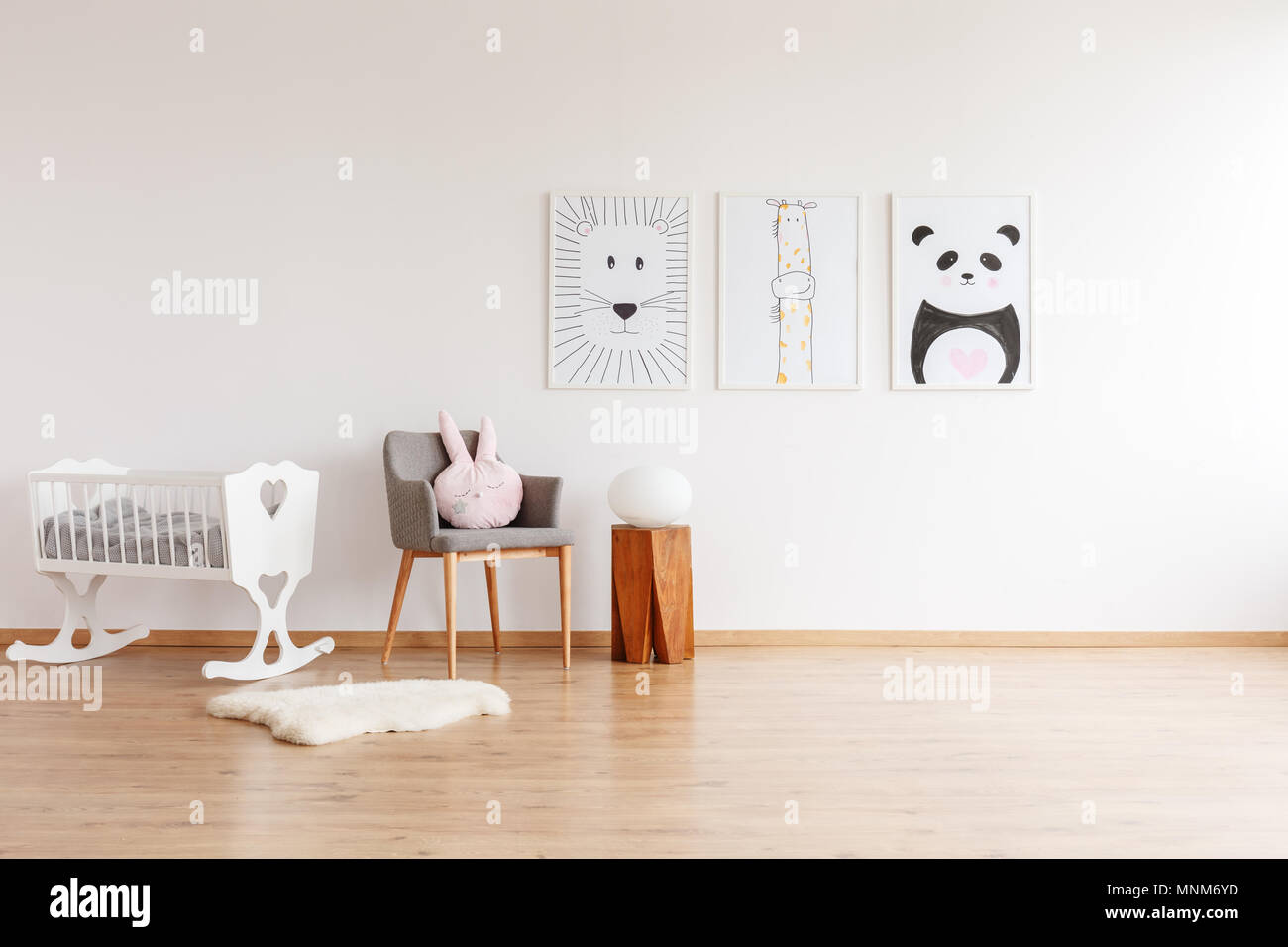 Disegni su muro bianco grigio sopra sedia con cuscino e sgabello