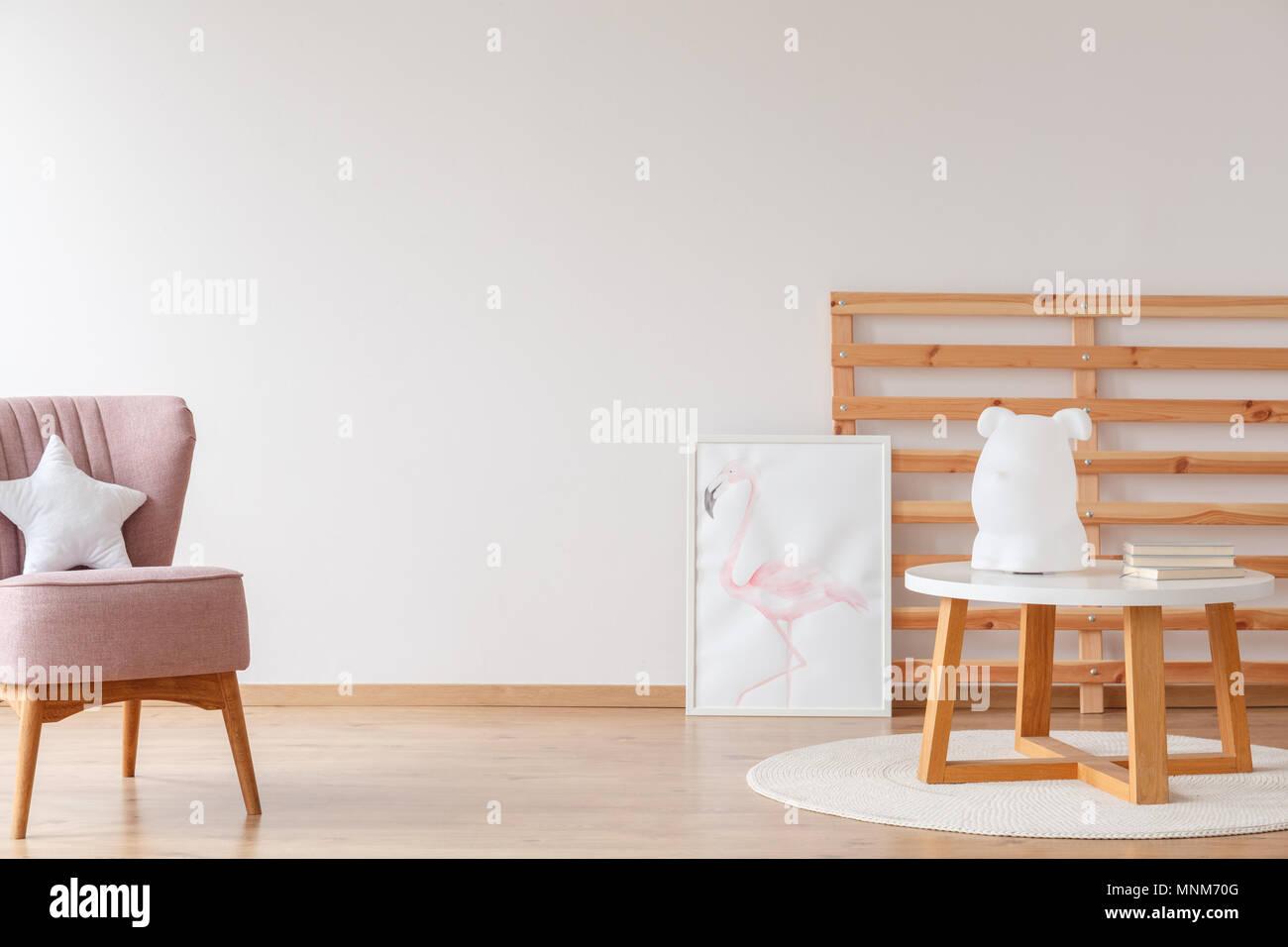 Lampada su uno sgabello in legno e poster in una luminosa stanza