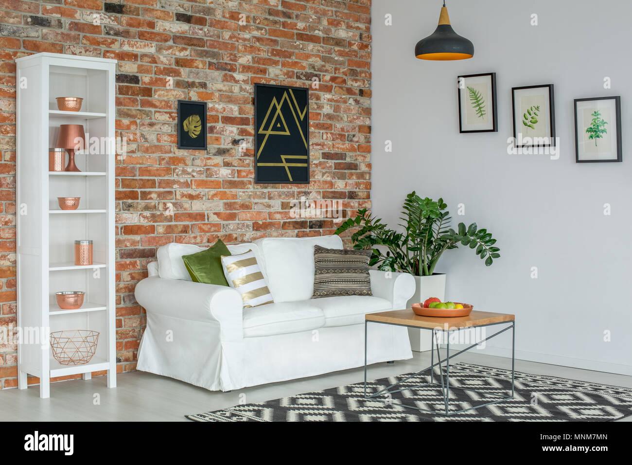 Divano E Tavolo Insieme industrial soggiorno con divano bianco, libreria e tavolo in