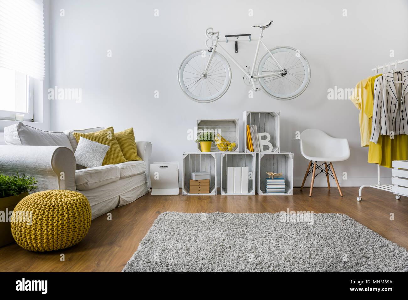 Tappeti Soggiorno Moderno : Soggiorno moderno con divano tappeti pannelli di legno e la
