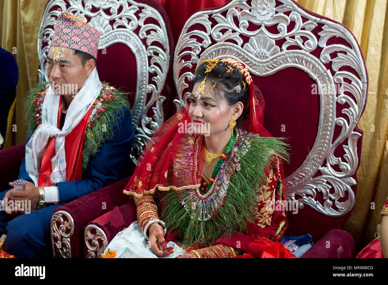 Matrimonio In Nepal : Il nepal kathmandu. un matrimonio. la sposa e lo sposo sui loro