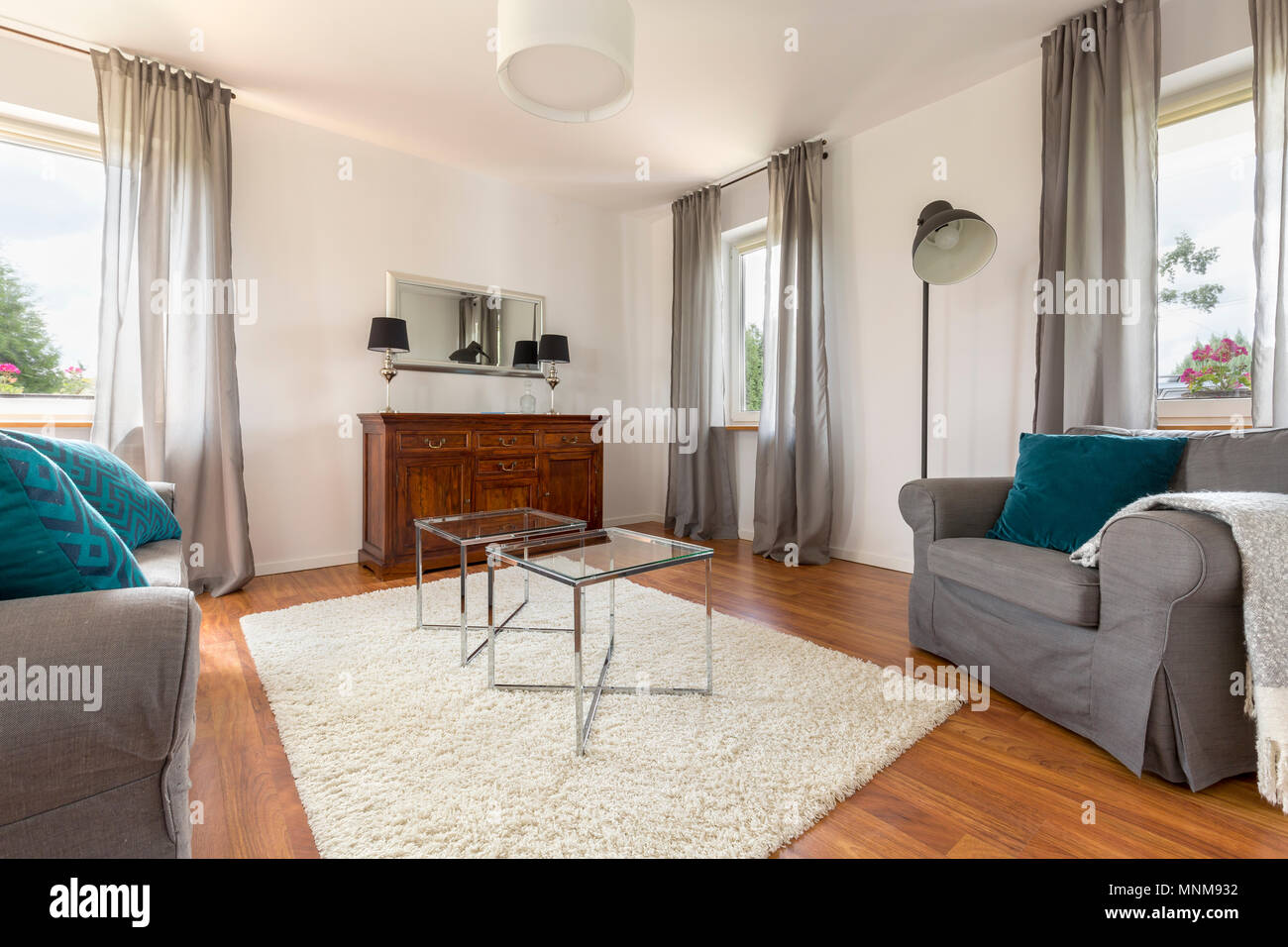 Accogliente soggiorno con finestra decorativo tende tabella di