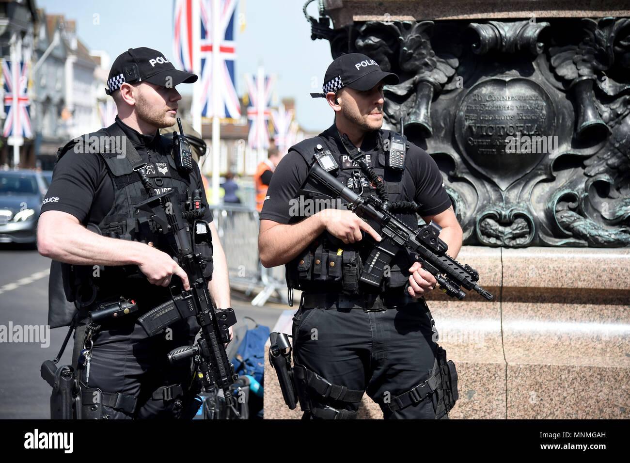 Polizia armata al di fuori del Castello di Windsor Credito: Finnbarr Webster/Alamy Live News Immagini Stock