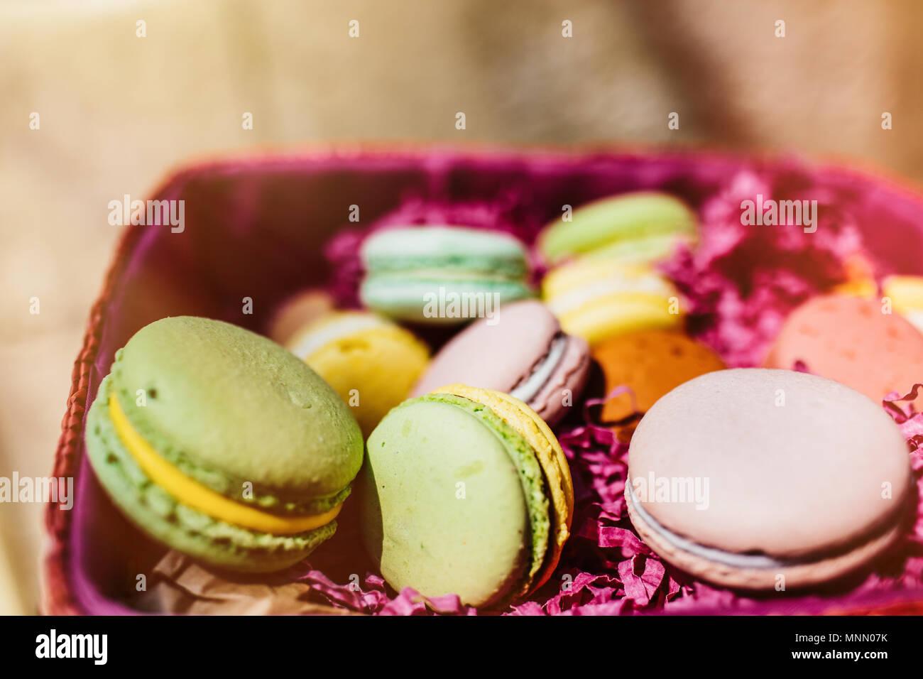 Amaretti colorati. Dolce macarons con copia spazio per il testo. Vista dall'alto, Immagini Stock