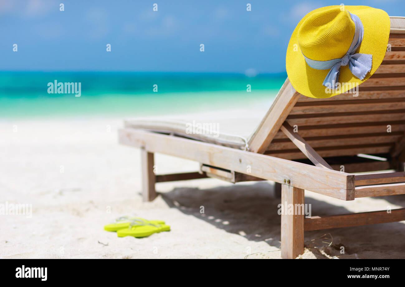 Salotto in legno sedie e un giallo cappello di paglia su una bella