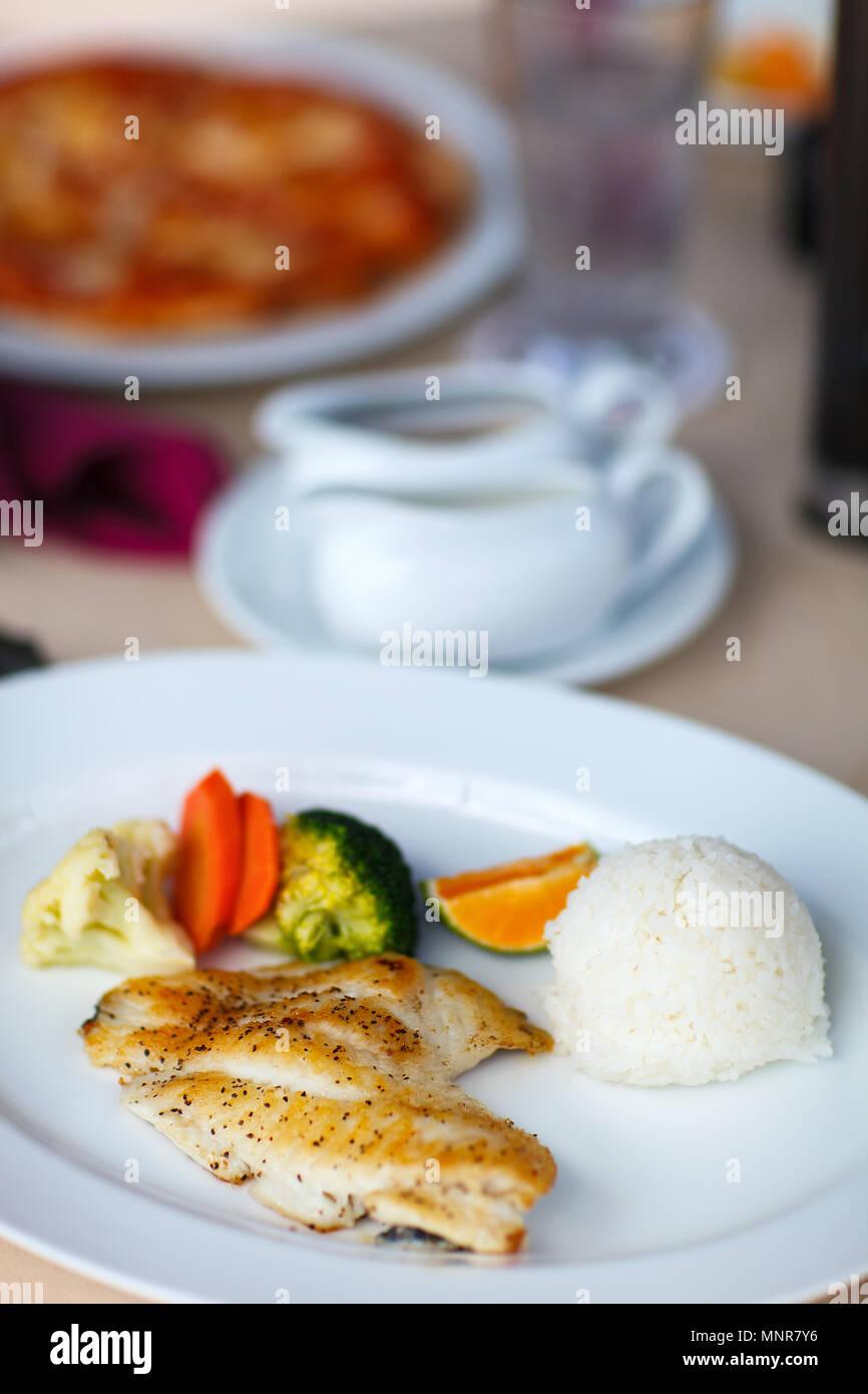 Cibo sano e delizioso pollo con riso e verdure Immagini Stock