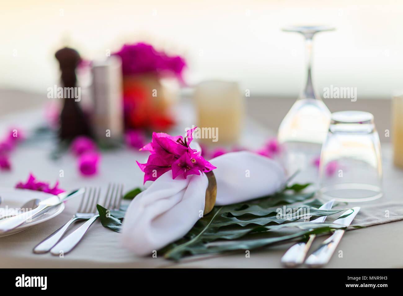 Splendidamente servito tabella per la romantica celebrazione di eventi o matrimoni Immagini Stock