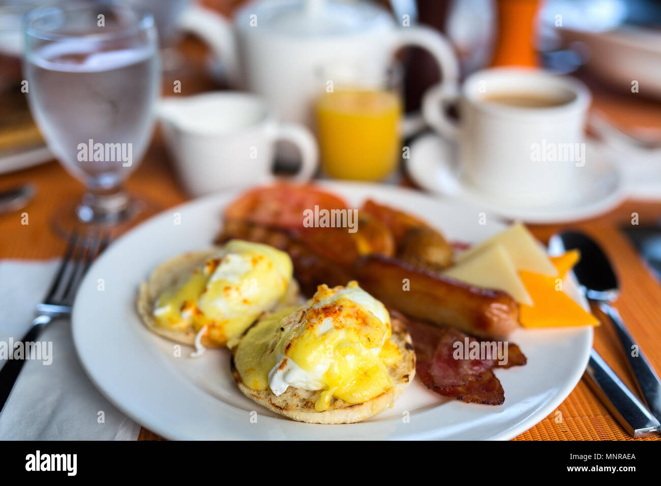 Deliziosa colazione a buffet con uova Benedict, pancetta, succo d'arancia e caffè Immagini Stock