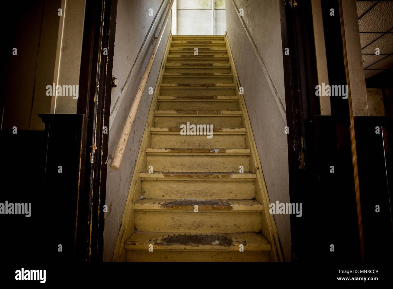 Da Luce Alla Soffitta old dirty danneggiato abbandonate le scale in legno per il