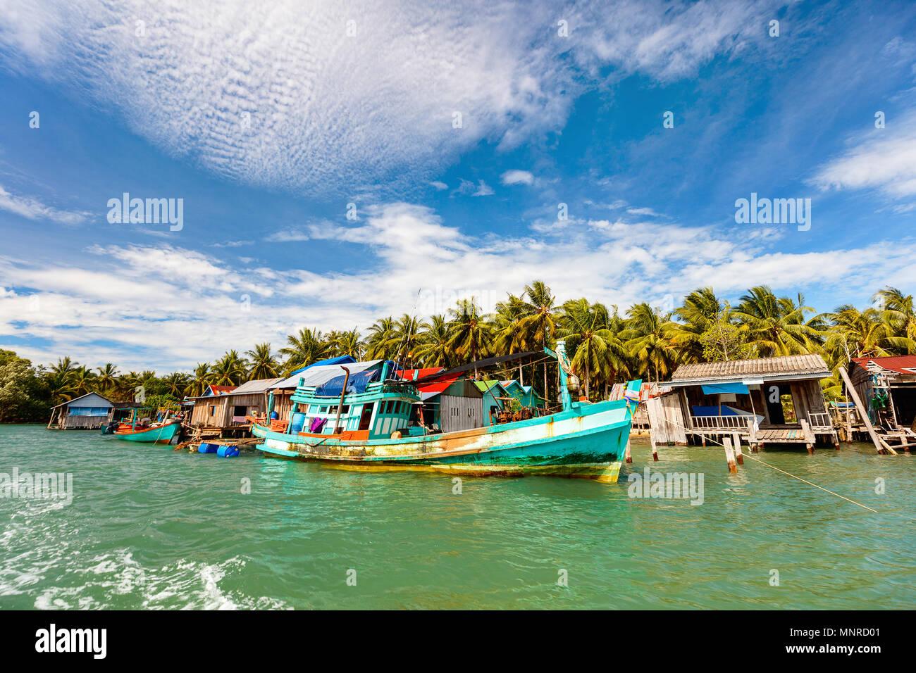 Tradizionale villaggio galleggiante di Koh Rong isola in Cambogia Immagini Stock