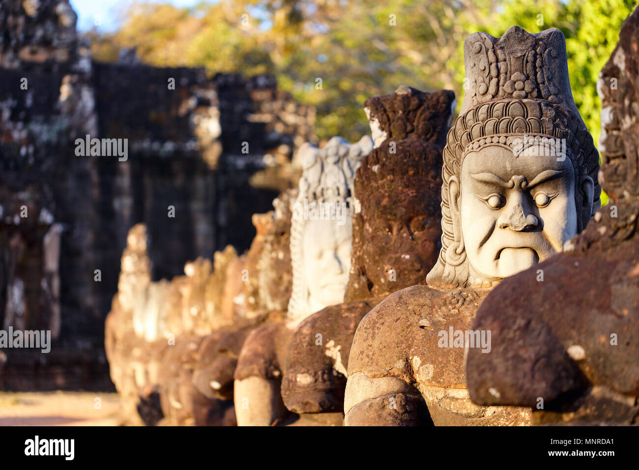 Cancello Sud statue in Angkor area archeologica in Cambogia Immagini Stock