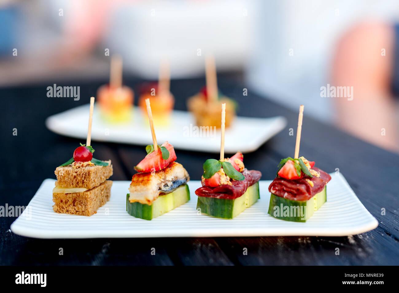 Varietà di spuntini e stuzzichini deliziosi piatti Foto Stock