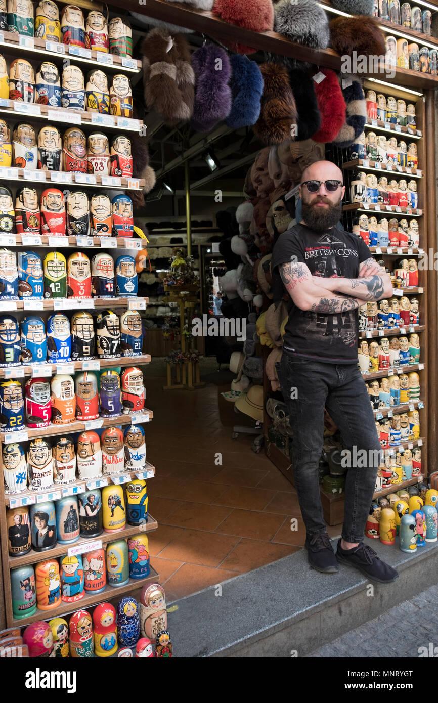 Un commerciante nella città vecchia sezione di Praga presso il suo negozio  di articoli da regalo che vende la nidificazione di bambole con figure di  eroi ... 8fbf6a4a03c