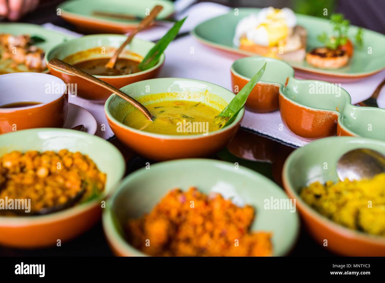 Varietà di Sri Lanka curry in ciotole sul tavolo Immagini Stock