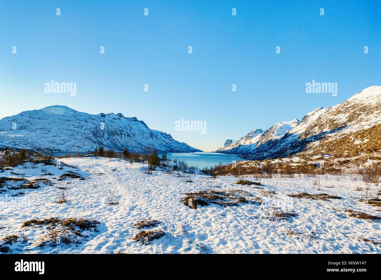Paesaggio invernale di fiordi mozzafiato paesaggio di Senja isola nel nord della Norvegia Immagini Stock