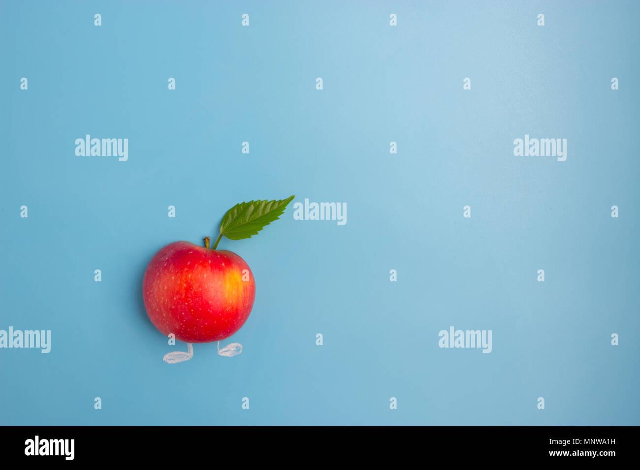 Rosso Fresco Apple Con Foglia Verde Su Sfondo Blu Foto Immagine