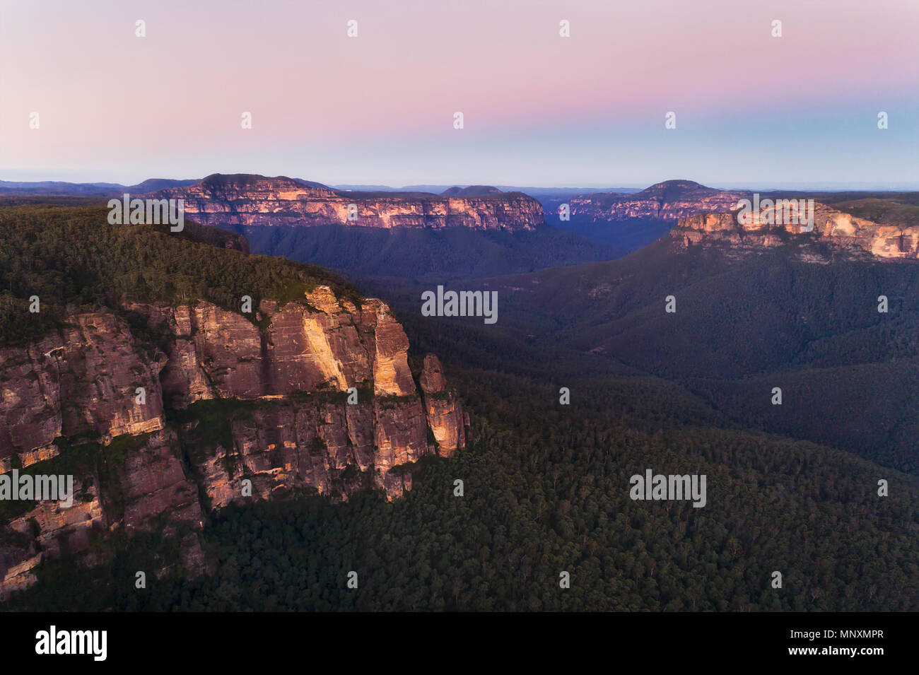 Blue Mountains Grand Canyon dal GOvett salto con pulpito rock cliffs al tramonto in elevati vista aerea verso il cielo rosa. Immagini Stock