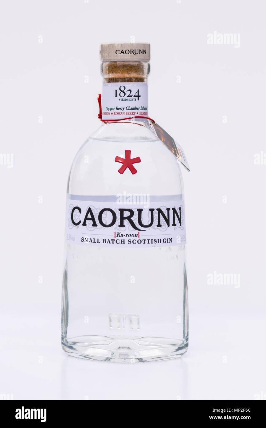 Bottiglia di Caorunn Gin scozzese contro uno sfondo bianco Immagini Stock