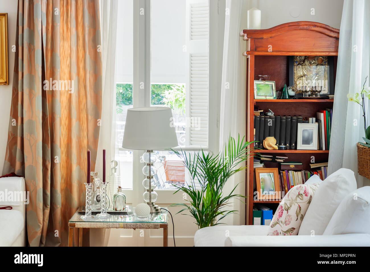 Tende Per Interni Stile Country : Dettaglio di un salotto interno inglese in stile country con