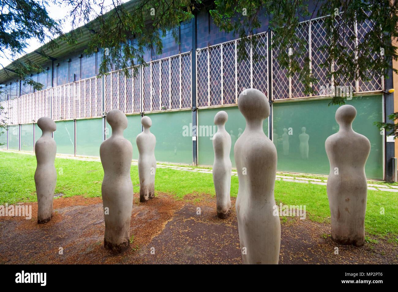 L'Italia, Lombardia, Milano, PAC Padiglione d'Arte Contemporanea, giardino, I Sette Savi scultura di Fausto Melotti Immagini Stock