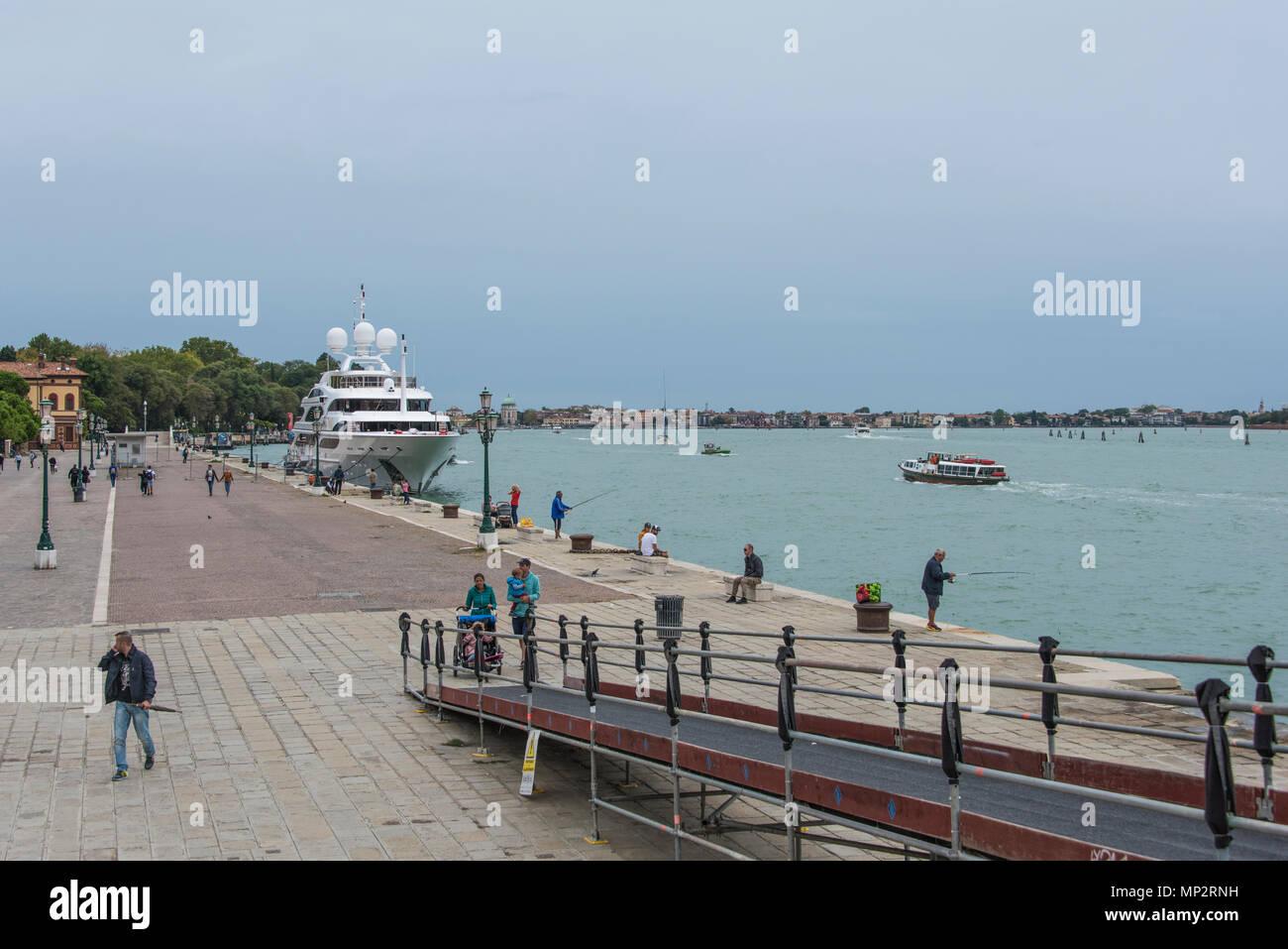 Rampe pedonali su un piccolo canale sulla Riva degli Sette Martiri, Venezia Immagini Stock